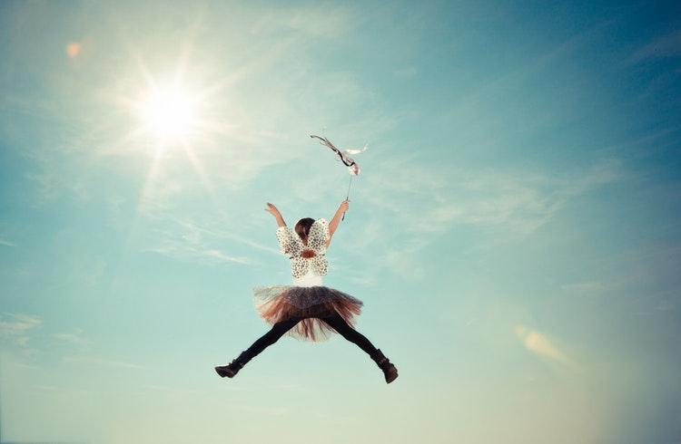 Utklädd flicka hoppar
